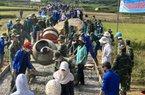 """Cận cảnh: 600 người làm 1km đường, nhiều người """"phải"""" đứng chơi"""