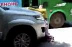 Phạt người lái ô tô để vợ đu nắp capo vì đánh ghen