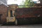 Làng có nhiều nhà trăm tuổi, tường bằng tiểu sành thuộc tỉnh nào?