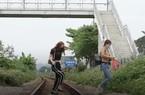Dân liều mình chui rào qua đường sắt dù có cầu bộ hành