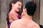 Được bố cho tập bơi, Suri phấn khích cười hết cỡ