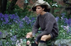 Rũ bỏ váy áo hàng hiệu, Victoria Beckham hóa thân thành cô gái đồng quê