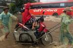 Đại lộ Thăng Long ngập sâu, dân xếp hàng thuê người chở xe