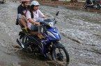 Ảnh: Lạ lùng con đường ở Hà Nội trời không mưa vẫn ngập như sông