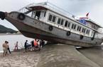 """Giải cứu tàu khách leo """"nhầm"""" lên đê khi tránh bão ở Quan Lạn"""