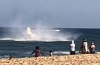 Máy bay lao thẳng xuống biển ngay trước mặt du khách đang tắm
