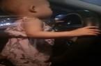 Clip: Thót tim xem bé gái 2 tuổi cầm vô lăng điều khiển ô tô