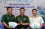 """Nhà báo Đặng Trung Kiên tặng 5.000 cuốn """"Mùa con sóng dữ"""" cho bộ đội Trường Sa"""