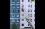 Video: Tình cờ đi qua nhà cháy, phi lên tầng 6 cứu ngoạn mục cô gái ở tầng 5