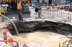 Nóng 24h qua: Mặt đường sụp xuống sau tiếng nổ lớn, nước phun tung tóe trên phố Sài Gòn