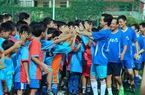 Giao hữu bóng đá với trẻ em đường phố