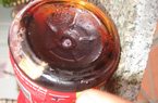 """Phát hiện """"vật thể lạ"""" trong chai trà Dr Thanh"""