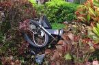 Xe máy bể nát biến dạng bị bỏ chỏng chơ giữa phố