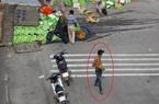 """TP.HCM: Lật xe tải chở nước giải khát, tài xế bất lực nhìn """"giang hồ"""" hôi của"""