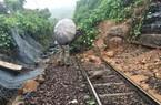 Đường sắt Bắc- Nam thông tuyến sau 9 giờ tê liệt do sạt lở núi