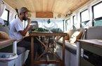 """""""Soái ca"""" biến xe bus thành nhà di động ai cũng thèm muốn"""