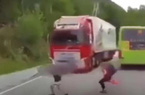Những pha thoát chết không tưởng trong các vụ tai nạn kinh hoàng