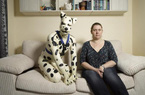 Không thích làm người, kỹ thuật viên Anh dành 32 năm làm chó