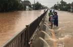 Mưa lớn, Quốc lộ 1 tại Bình Định ngập gần nửa mét, BOT xả trạm