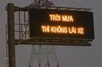 """Bất ngờ với bảng điện tử giao thông trên cao tốc """"trời mưa thì không lái xe"""""""