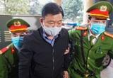 Hành động bất ngờ của ông Đinh La Thăng khi được dẫn giải đến tòa