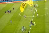 Clip: Dù lượn rơi vào trong sân giữa trận Pháp - Đức làm khán giả chấn thương