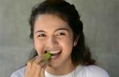 Phản ứng đáng yêu của cô gái xinh xắn khi ăn chua khiến triệu người thích thú