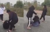 Xôn xao clip thiếu nữ bị bạn dùng mũ bảo hiểm đánh không thương tiếc