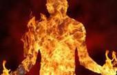 Một phụ nữ bị bạn tình đồng tính đốt cháy vì ghen