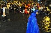 Dân Sài Gòn bất lực nhìn biển nước bao vây