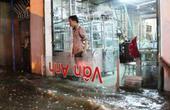 TPHCM: Mưa kết hợp với triều cường, nước chảy ào ạt vào nhà dân