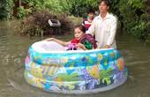 Nước ngập lênh láng, người Sài Gòn ngồi phao rời nhà
