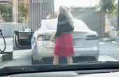 Cô gái quyết tìm cho ra chỗ đổ xăng trên... xe điện