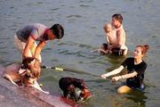 Hà Nội nắng nóng như chảo lửa, Hồ Tây biến thành bể bơi khổng lồ