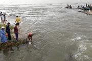 """Người Đà Nẵng đổ xô ra biển vớt """"lộc trời"""" sau trận mưa gây ngập khủng khiếp"""