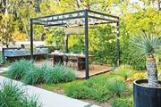 Sân vườn đẹp với xu hướng thiết kế đa sắc màu mang lại niềm vui cho gia chủ