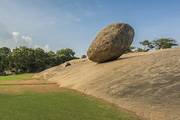 Bí ẩn về hòn đá khổng lồ chênh vênh trên một con dốc