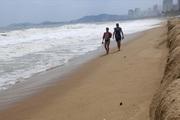 Trước bão số 6, hiện tượng lạ hiếm thấy ở bãi biển Nha Trang