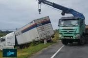 Gió mạnh, nhiều xe tải mất lái bay xuống ruộng