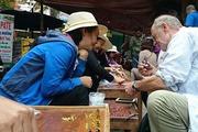 """Chuyện lạ ở làng: Đá quý tiền tỷ bán """"như rau"""" tại chợ tạm ven đường"""