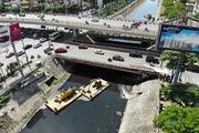 Hàng chục công nhân nạo vét bùn sông Tô Lịch dưới trời nắng gay gắt