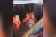 Clip nóng hôm nay: Tiếng khóc xé lòng của em bé sơ sinh được các chiến sĩ cứu hộ kịp thời giữa cơn lũ dữ