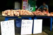 """TP.HCM: Thịt heo đông lạnh giá """"siêu rẻ"""" được bày bán khắp các lề đường"""