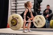 Nghẹt thở chứng kiến bé gái 7 tuổi khỏe nhất thế giới có thể nâng tạ 80 kg