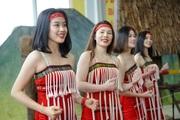 CLIP: Thiếu nữ xinh đẹp khoe vai trần hòa cùng điệu múa các dân tộc dưới thời tiết lạnh buốt ở Thủ đô