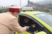 CSGT Lạng Sơn phát miễn phí 2.000 khẩu trang y tế cho hành khách