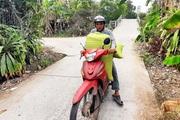 Cà Mau: Kênh nứt nẻ phải thuê xe máy chở lúa đi bán, dân méo mặt