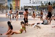Nới lỏng phong tỏa, người Mỹ và châu Âu đổ về các bãi biển công viên vui chơi thỏa thích