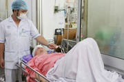 TP.HCM: Xe khách va chạm xe trộn bê tông, 9 người cấp cứu