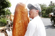 Bánh mì khổng lồ ở An Giang